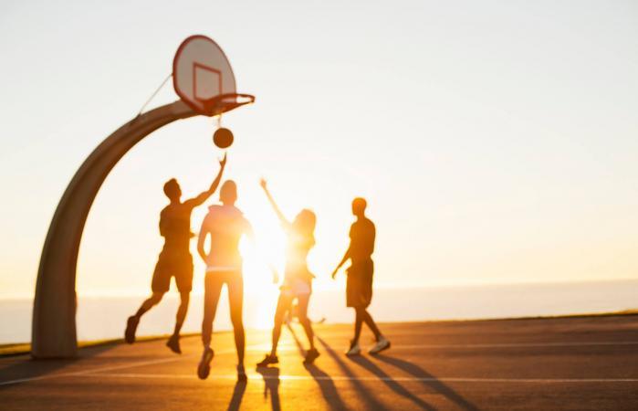 Grupo de amigos jugando al baloncesto