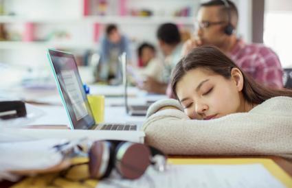 Mujer durmiendo en la oficina