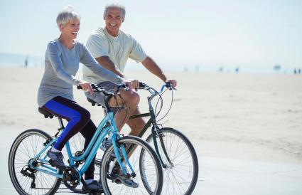 Pareja montando en bicicleta