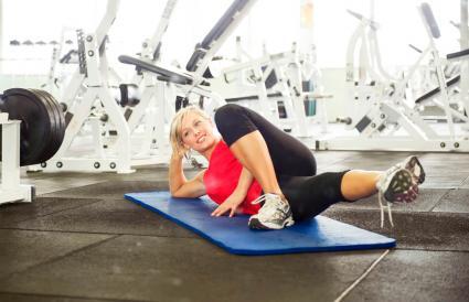 Mujer estirando en el gimnasio