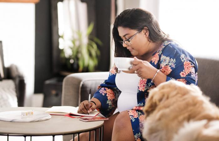 Mujer escribiendo en su cuaderno