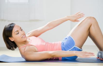 Mujer haciendo ejercicio sobre una esterilla