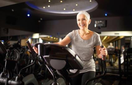 Mujer mayor haciendo ejercicio en un gimnasio
