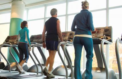 Grupo que hacen ejercicio en la cinta de correr