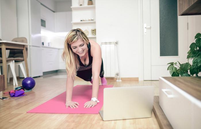 Mujer haciendo planchas en casa