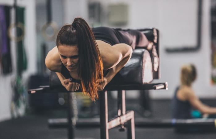 Mujer haciendo ejercicio en la parte baja de la espalda
