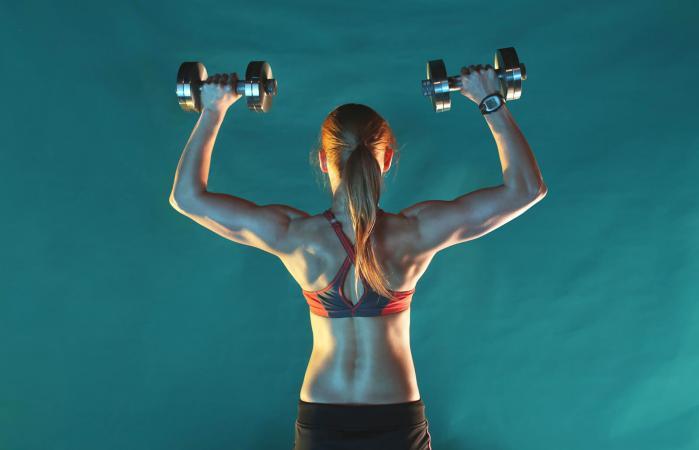 Mujer entrenando con mancuernas