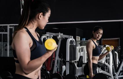 Rizo de bíceps con pesas