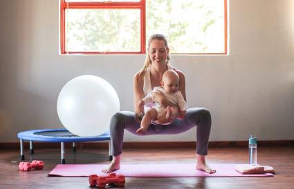 madre haciendo ejercicio en casa con su bebé