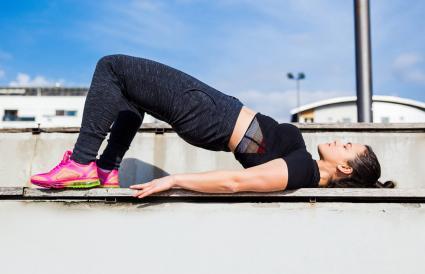 Mujer haciendo elevación de puente