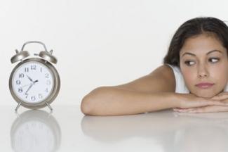 Una mujer con un reloj