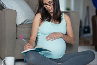 Mujer embarazada sentada relajante