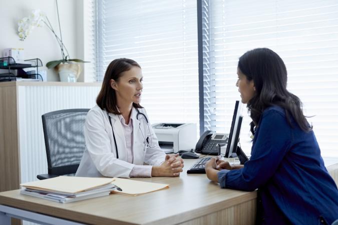 Una mujer y el médico