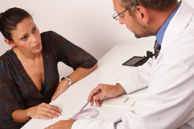 Médico y paciente discuten el ciclo menstrual
