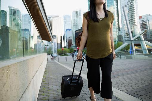 Mujer embarazada de viaje