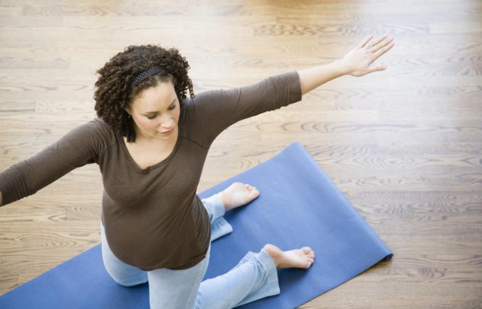una mujer embarazada haciendo ejercicio