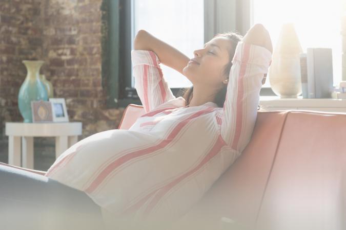 una mujer embarazada se releja