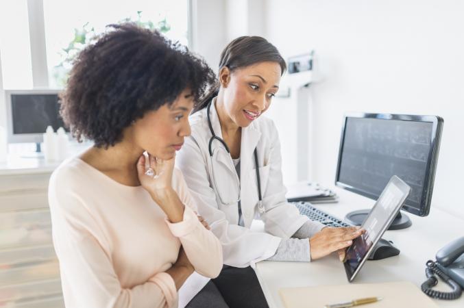 Una mujer habla con su médico