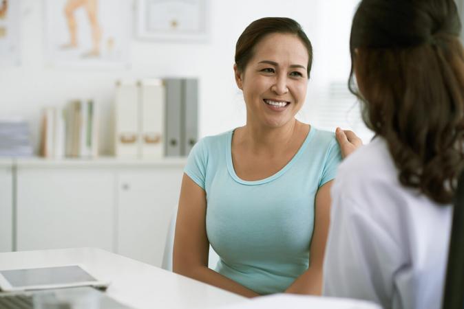 Una mujer hablando con su médico