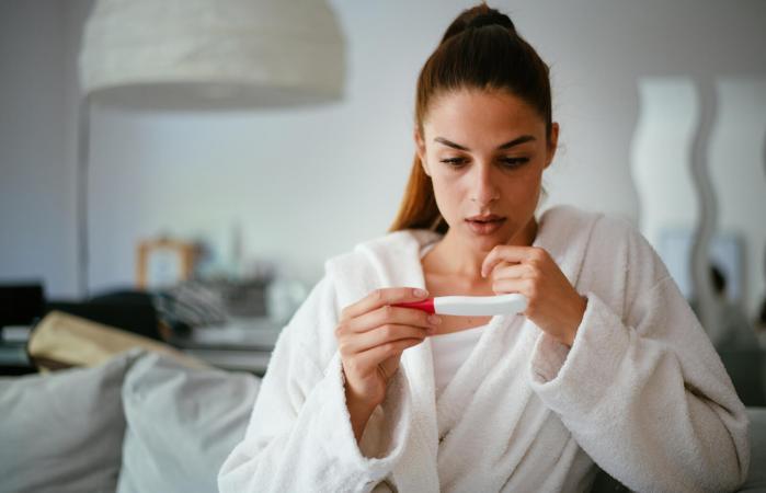 Mujer preocupada mirando prueba de embarazo