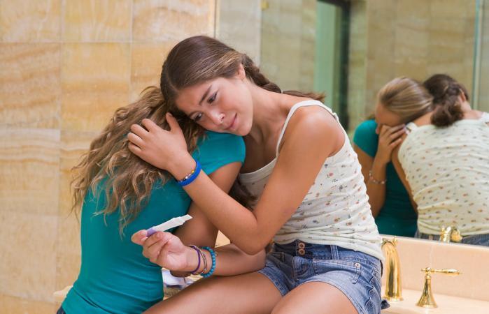 Chica adolescente preocupada por embarazo