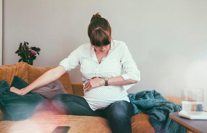 Mujer embarazada con cólicos
