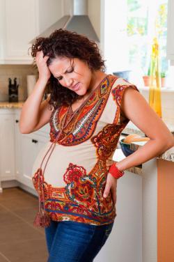 Mujer teniendo dolor de parto