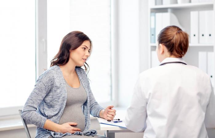 Mujer embarazada hablando con su ginecólogo
