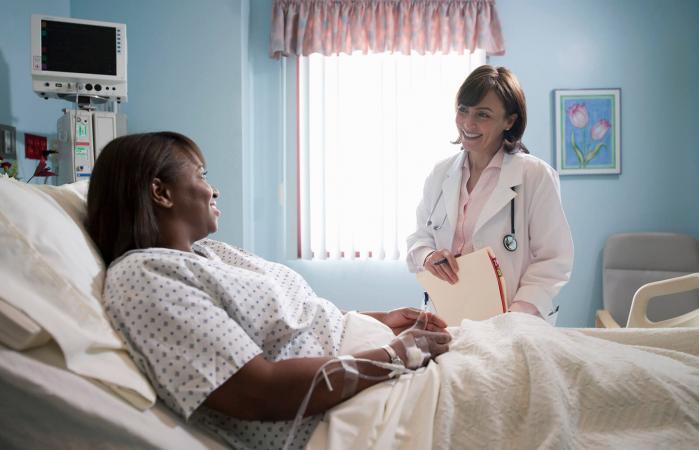 Doctora hablando con paciente