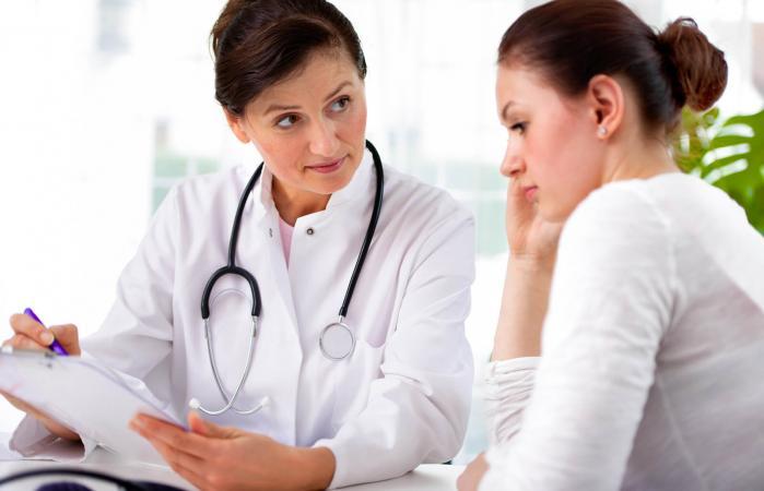 Doctora explicando el diagnóstico a paciente