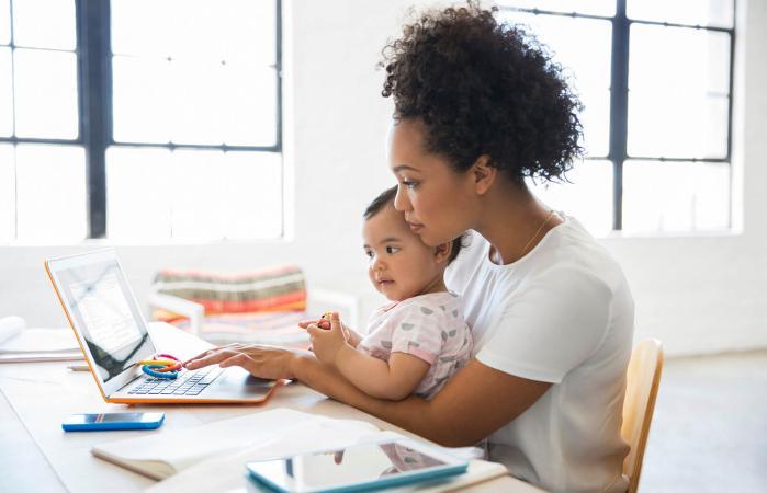 Madre trabajando desde casa con bebé