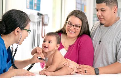 Bebé en chequeo médico