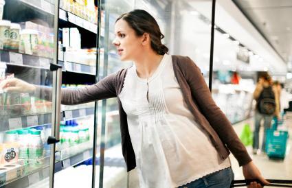 Mujer embarazada en el supermercado