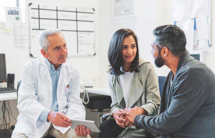 Médico hablando con una pareja