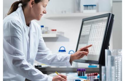 Científico usando la computadora en el laboratorio