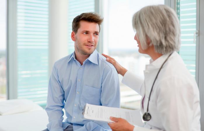 Médico hablando con un hombre en la oficina