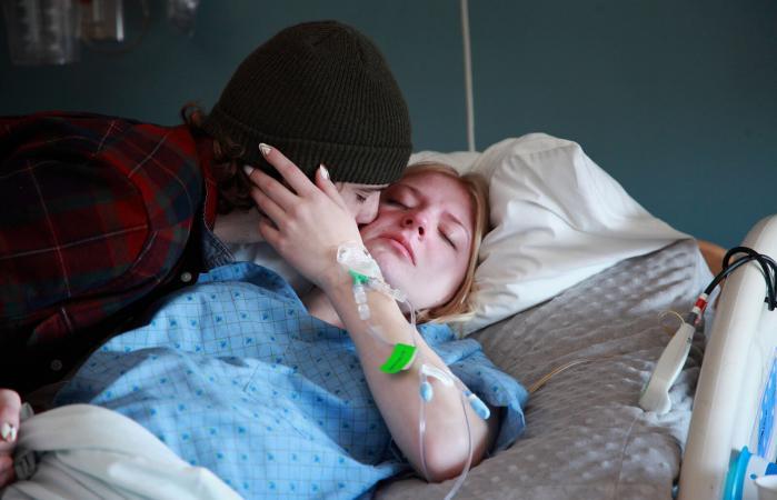 Hombre besando a mujer en el hospital
