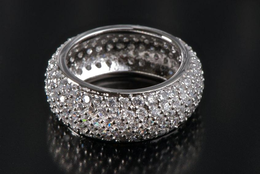 https://cf.ltkcdn.net/engagementrings/images/slide/131444-847x567r1-Pave-diamond-band.jpg