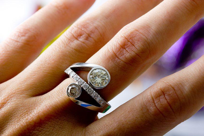 https://cf.ltkcdn.net/engagementrings/images/slide/131447-849x565r1-diamond-ring-on-hand.jpg