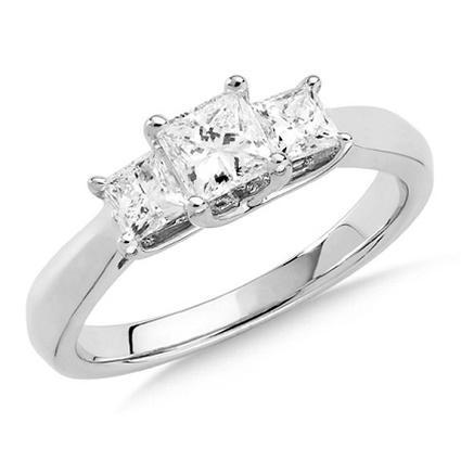 https://cf.ltkcdn.net/engagementrings/images/slide/186531-425x425-three-stone-ring-trend.jpg