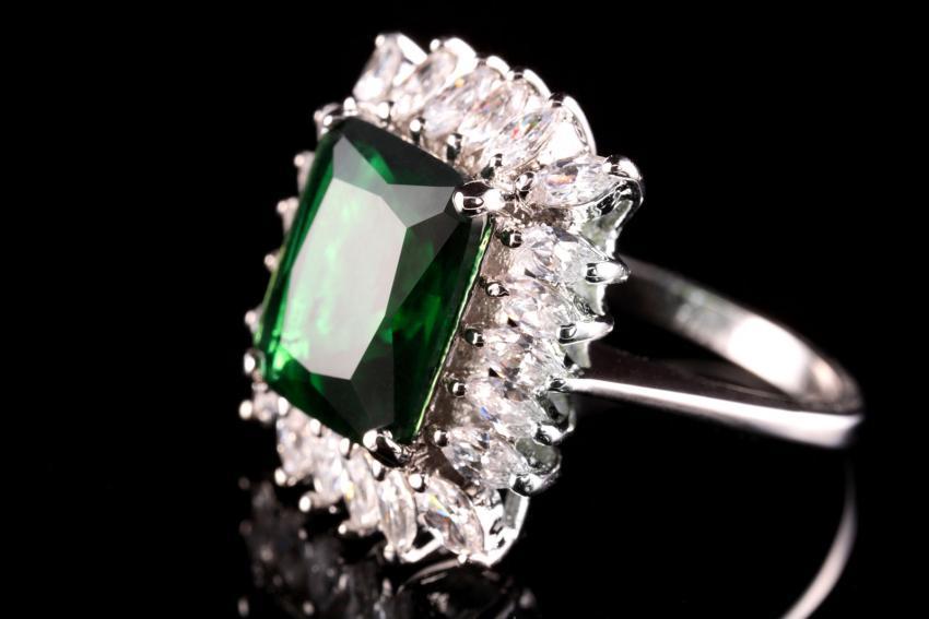 https://cf.ltkcdn.net/engagementrings/images/slide/232749-850x567-green-emerald-diamond-halo-ring.jpg