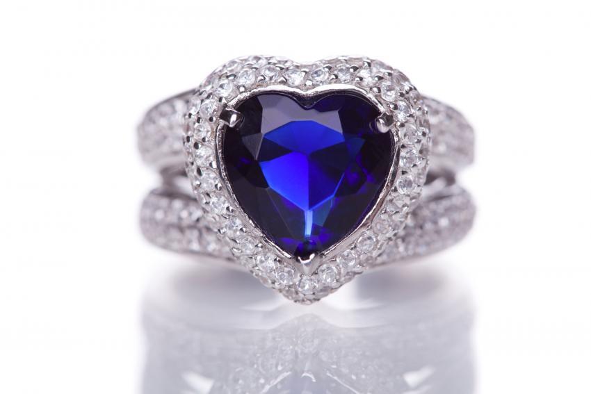 https://cf.ltkcdn.net/engagementrings/images/slide/232750-850x567-blue-heart-diamond-halo-ring.jpg
