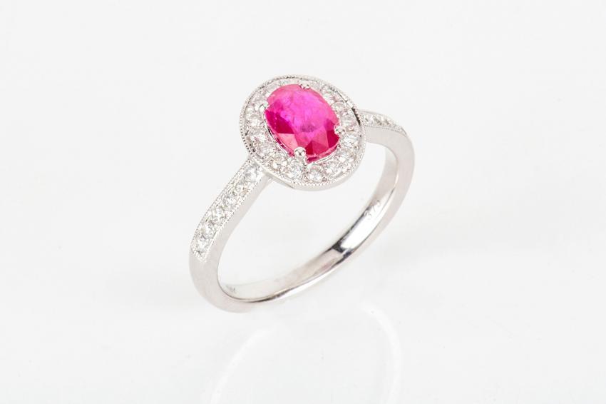 https://cf.ltkcdn.net/engagementrings/images/slide/232752-850x566-hot-pink-halo-ring.jpg