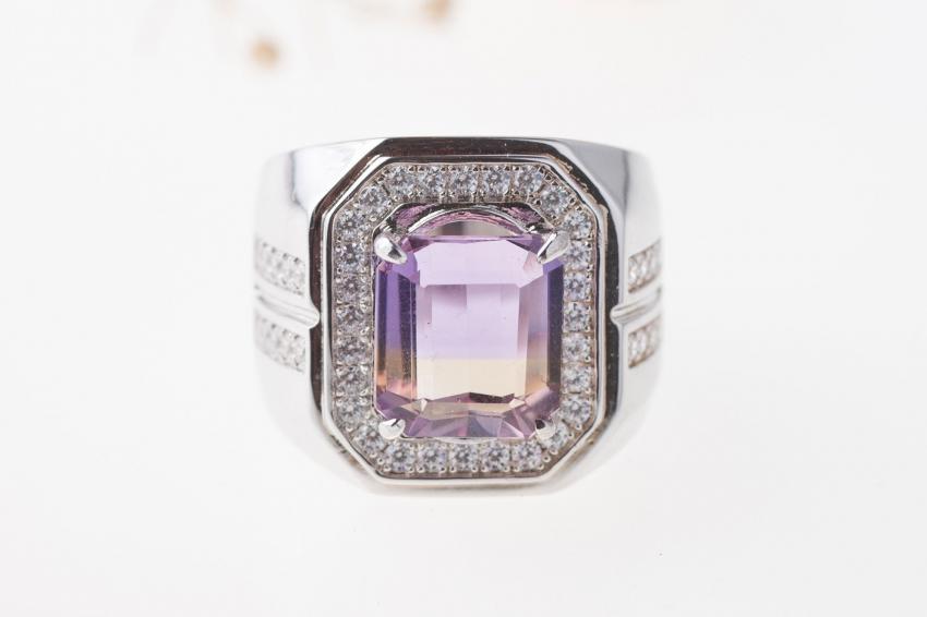https://cf.ltkcdn.net/engagementrings/images/slide/232755-850x566-octangular-diamond-halo-ring.jpg