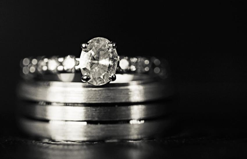 https://cf.ltkcdn.net/engagementrings/images/slide/234197-850x547-1-oval-diamond.jpg