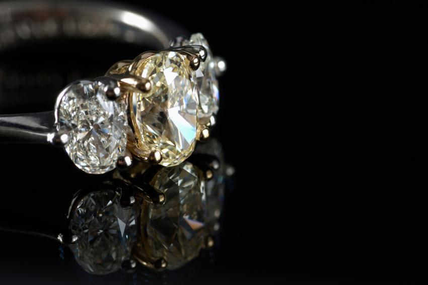 https://cf.ltkcdn.net/engagementrings/images/slide/234200-850x567-4-diamond-ring.jpg