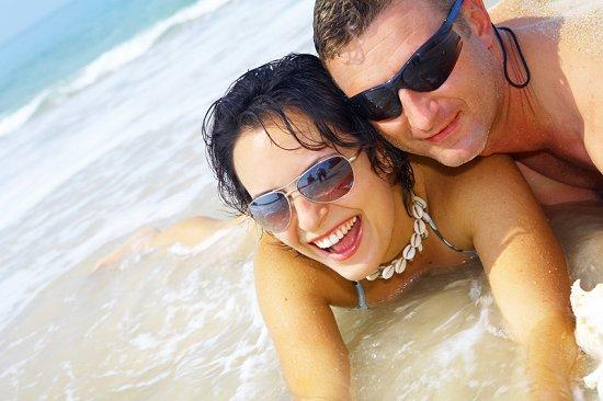 https://cf.ltkcdn.net/engagementrings/images/slide/39276-550x366-beachen12.jpg