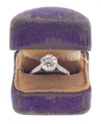 https://cf.ltkcdn.net/engagementrings/images/slide/150825-625x768r1-1920s-ring.jpg