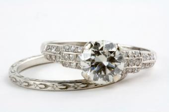 https://cf.ltkcdn.net/engagementrings/images/slide/150828-849x565r1-wedding-set.jpg