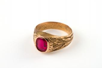 https://cf.ltkcdn.net/engagementrings/images/slide/150862-849x565r1-vintage-ruby-ring.jpg